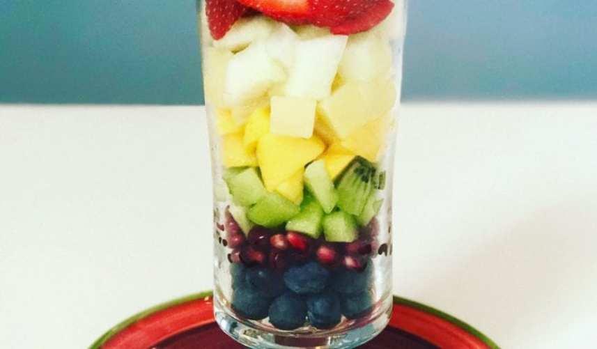 Regenboog ontbijtje met vers fruit