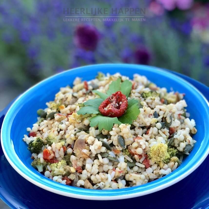 Parel couscous salade met zongedroogde tomaatjes
