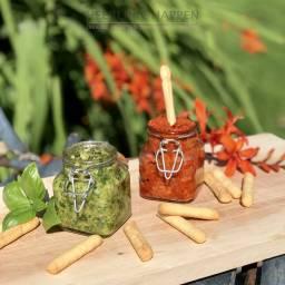 Homemade verse groene en rode pesto