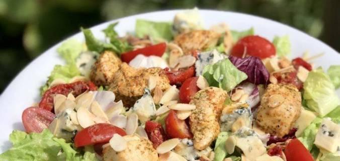 Salade met kip en blauwaderkaas