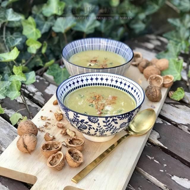 Gele courgettesoep met walnoten