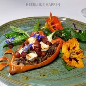 bloemige salade met gevulde paprika