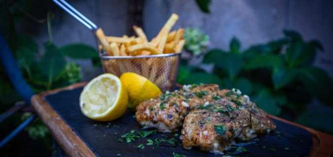 Vis en Franse friet met citroen