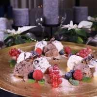 Kersttoetje trio van ijs met chocoladesaus