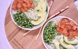 Poké bowl met zalm en broccolirijst