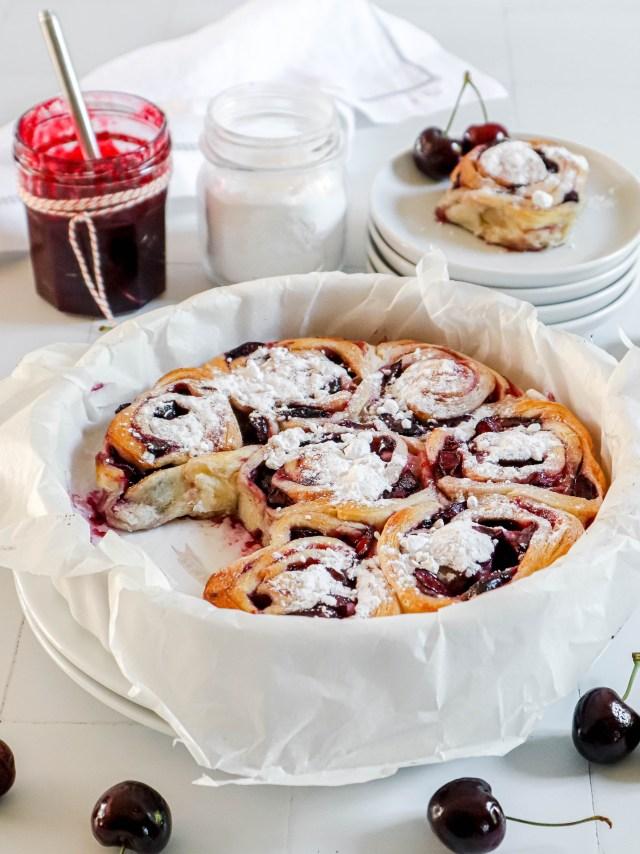 Zoete kersen croissant rolletjes