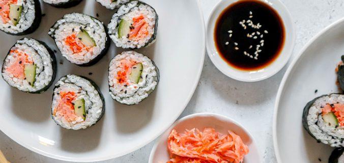 Huisgemaakte zalm sushi met roomkaas