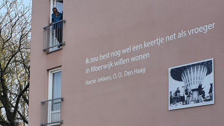 1e zin O O Den Haag over Moerwijk als eerbetoon aan Harrie Jekkers op gevel