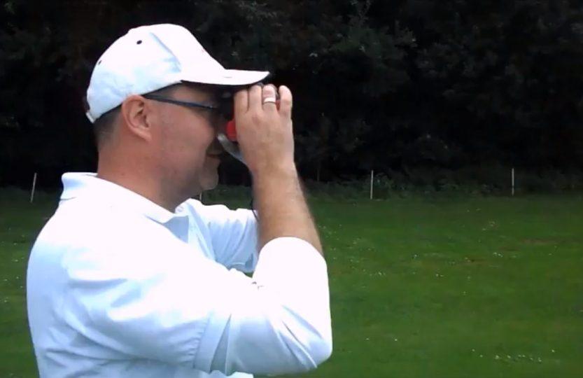 Entfernungsmesser beim golfspielen heidegolfer