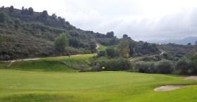 Das Bild vom ersten Abschlag über das zweite Grün in Richtung Bahn 3 lässt maximal erahnen, wie aufregend der Golfplatz von Alhaurin in die Berglandschaft integriert wurde. Für weitere Fotos war leider keine Zeit, es galt, vor Einbruch der Dämmerung möglichst viele Golfbälle zu verlieren.