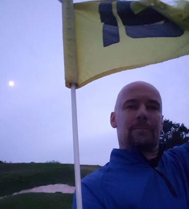 Zweieinhalb Stunden und 15 Loch später: der erste Golftag endet im Mondlicht.