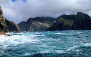 Greys_hole_and_britt_lighthouse_North_Island_Bay_of_islands_new_zealand