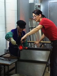 Heidi_Siefkas_making_glass_flower_at_Corning_Museum_of_Glass