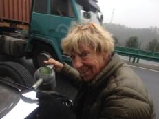 Bergauf müssen wir immer wieder anhalten, weil Hudo so durstig ist. Alle 100 km anhalten und 2 solcher Kannen trinkt Hudo gerne. Mr. Wang und ich vergessen es gerne.