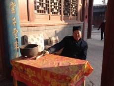 Das ist ein echter alter Dong, die wirkliche Religion der Chinesen (sagt Mr. Wang) und nicht die orange gekleideten Mönche mit den kahl geschorenen Köpfen.