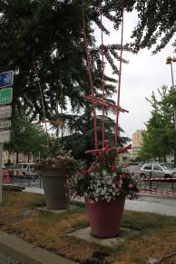 Riesentöpfe mit fröhlich-buntem Rankgitter (und Straßenbaustelle)
