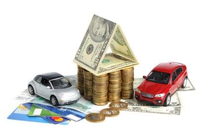 Einnahmen von vermieteten Autos: Geldscheine, Geldmünzen, Kreditkarten