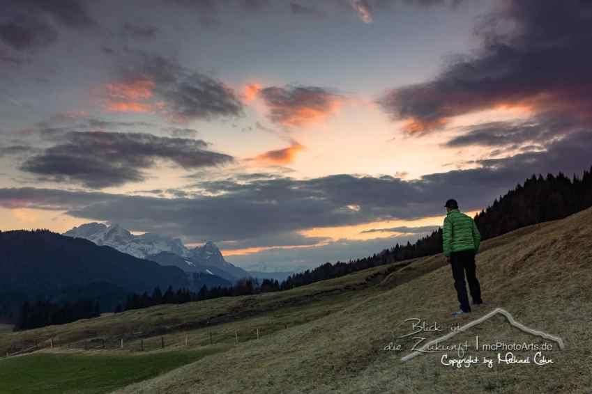 Blick Richtung Garmisch-Partenkirchen in den Sonnenuntergang.