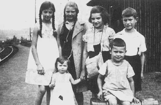 Am Eisenbahn-Haltepunkt Horchheimer Brücke im Sommer 1934. Hinten v. l.: IIse Zehe verh. Harzheim, Hannelore Koitsch, Eva Hellendag verh. Salier, Karl Zehe. Vorne v. l.: Marlene Köpper verh. Mies, Georg Hue.