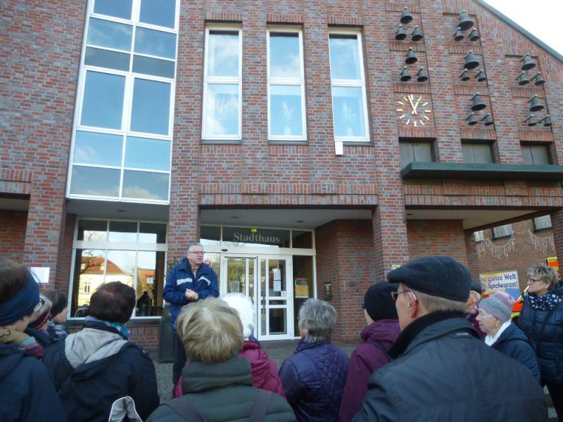 Kalle begrüßt die Wanderer am Stadthaus