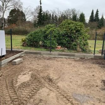 Zaun und Bordstein zum nördlichen Nachbarn