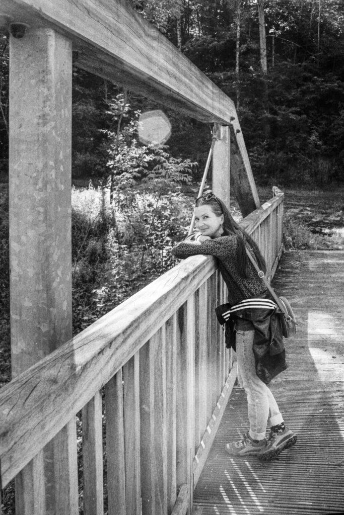 Auf der Holzbrücke...am Bach.