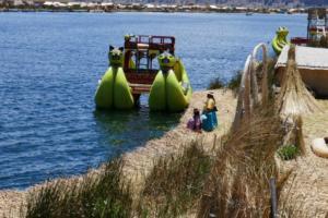 Touristen-Boot ( früher lebteb die Uros darauf )