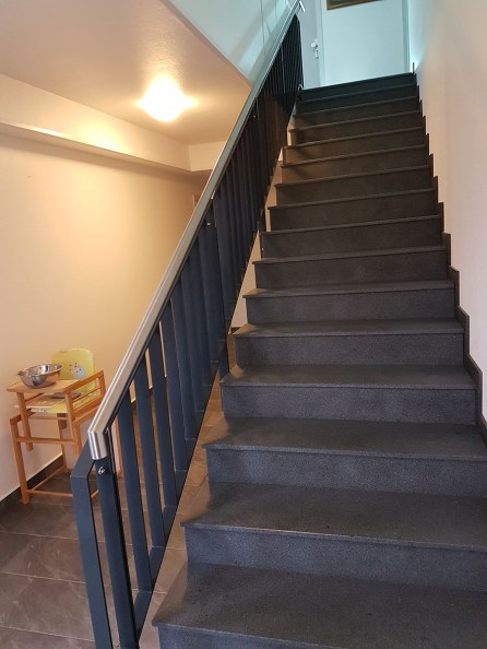 Treppengeländer mit einem Edelstahlhandlauf
