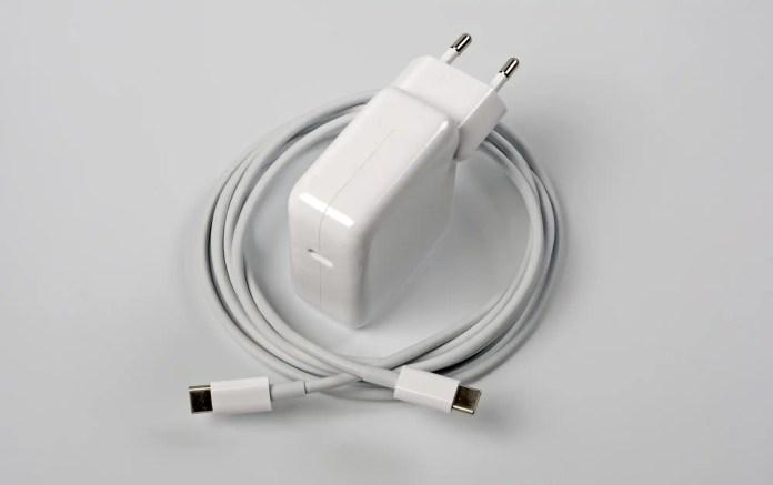 El paquete incluye un adaptador de corriente USB-C compacto con 30 vatios de potencia y un cable de 2 metros de largo.