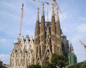 尖塔が立ち並ぶサグラダ・ファミリア聖堂