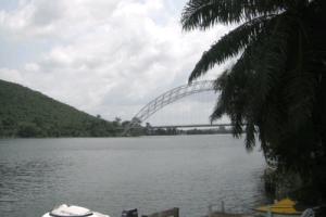 ボルタ湖のアティンポク橋
