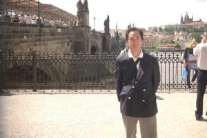 プラハのカレル橋にて