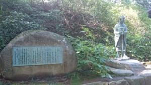 中尊寺に立つ松尾芭蕉像