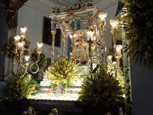 美しく飾られた聖母マリア像