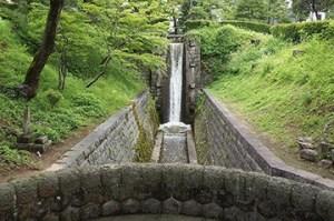 麗山公園内の疏水跡「麗山の飛瀑」