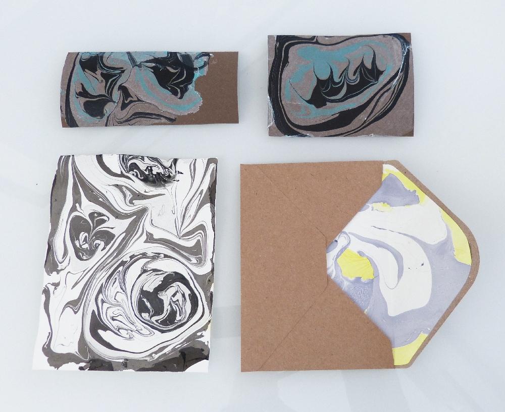 Umschlag und Papiere mit Marmoreffekt