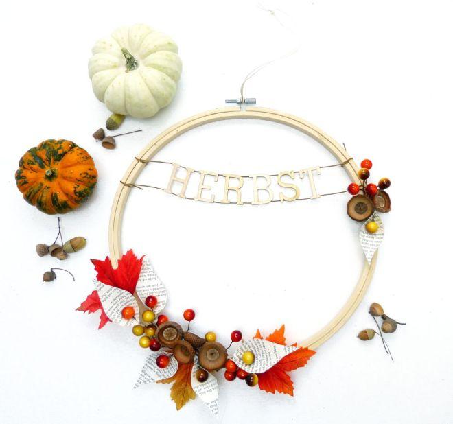 Herbstkranz aus Stickrahmen mit Kürbis