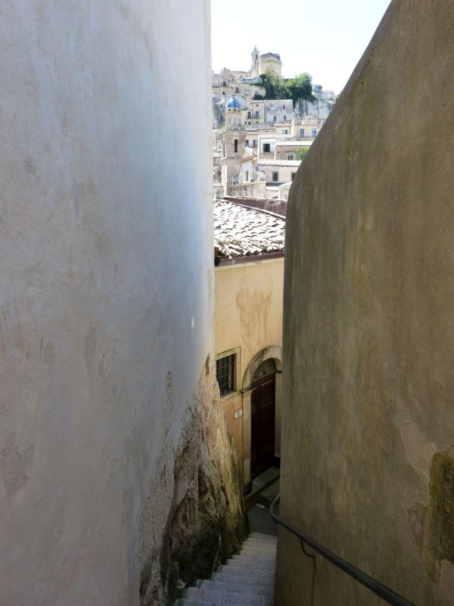 schmale Gasse mit Treppe in Ragusa, Sizilien