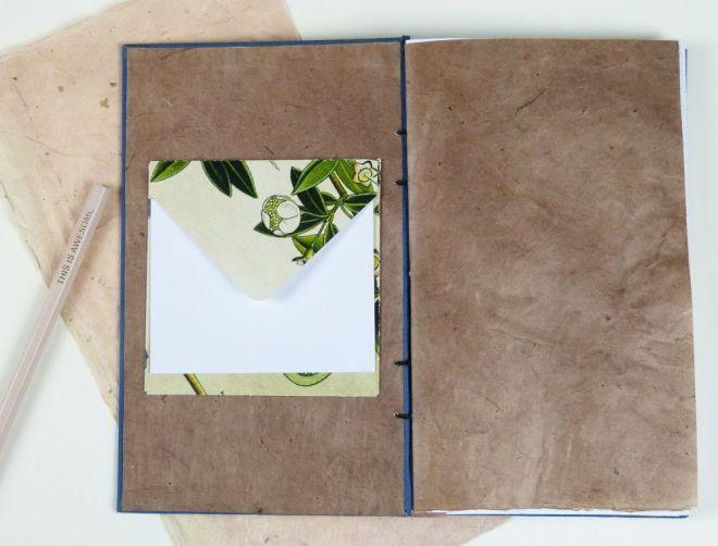 Buch mit Umschlag und Brief auf der Innenseite
