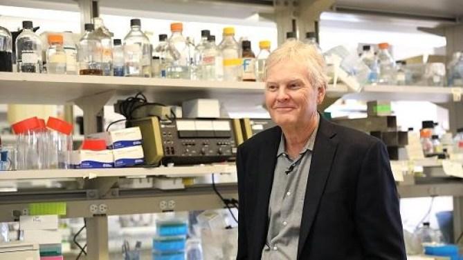 عالم أحياء جامعة روكيفيلر مايكل يونق يقف في مختبره بعد فوزه بجائزة نوبل للطب في نيويورك، الثاني من أكتوبر 2017.
