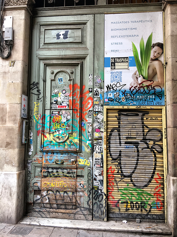 Thursday Doors,Barcelona , door, graffiti , dog , bird, Gothic Quarter