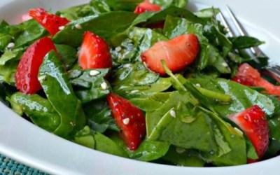 Salade d'épinards et de fraises (faible en FODMAP)