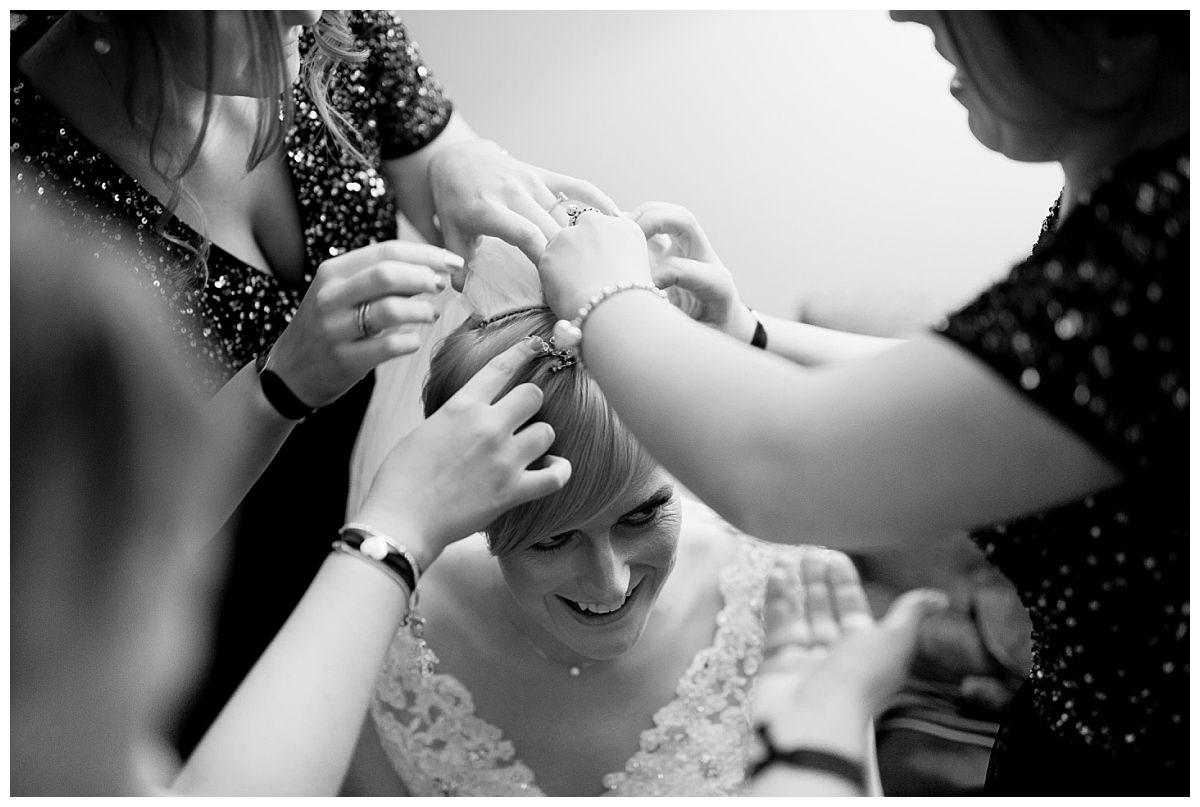 Bride putting veil in