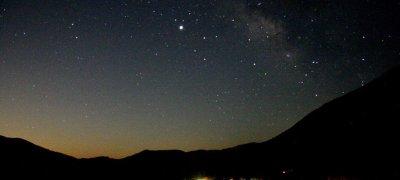 Εικόνα 1. Οι Αλόιδες κάτω από τον έναστρο ουρανό και τον πλανήτη Δία λίγο πριν την ανατολή του φεγγαριού