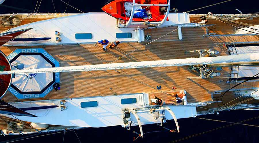 SAILING-YACHT-RUNNING-ON-WAVES-4
