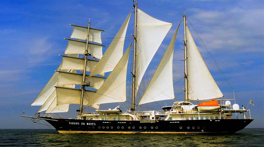 SAILING-YACHT-RUNNING-ON-WAVES-5