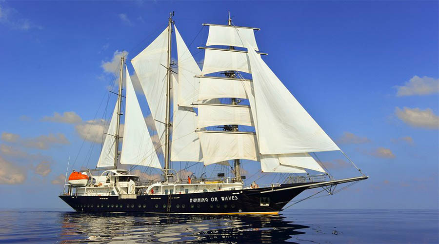 SAILING-YACHT-RUNNING-ON-WAVES-7