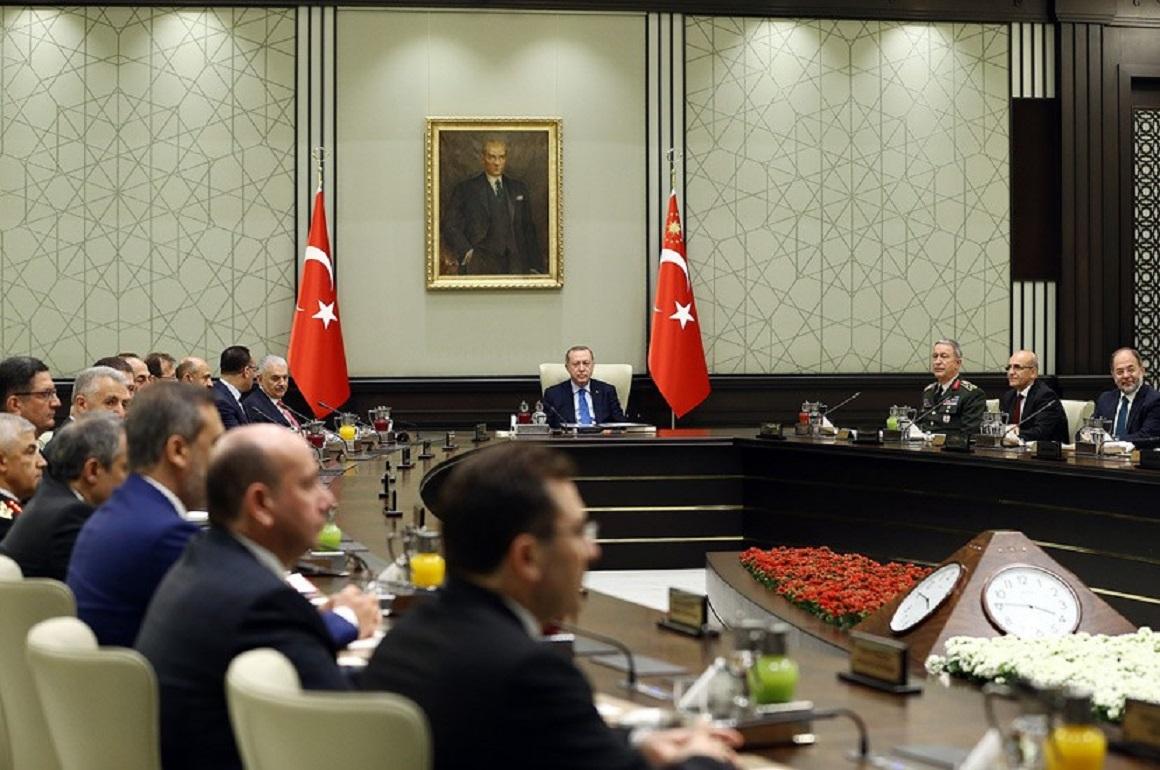 """Πατώντας πάνω σε δύο βάρκες, ο πρόεδρος της Τουρκίας κρατά στα χέρια του τρεις """"βόμβες"""""""