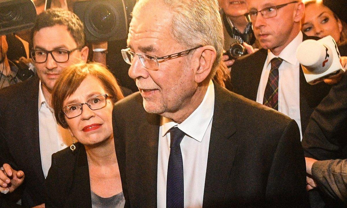 [:en]Austria: far-right candidate Norbert Ηofer concedes defeat - Green Alexander Van der Bellen takes clear lead [:el]Ήττα του ακροδεξιού στις αυστριακές εκλογές - Ο οικολόγος Αλεξάντερ Βαν ντερ Μπέλεν νέος πρόεδρος της Αυστρίας [:]