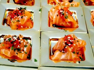 sashimi med soya og sesamfrø.